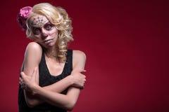 Retrato de la muchacha rubia joven con el maquillaje de Calaveras Fotografía de archivo libre de regalías