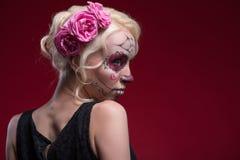 Retrato de la muchacha rubia joven con el maquillaje de Calaveras Foto de archivo