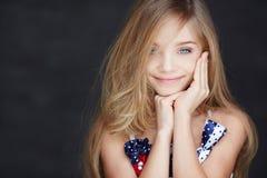 Retrato de la muchacha rubia joven con los ojos azules Imagenes de archivo