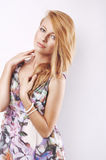 Retrato de la muchacha rubia joven hermosa en alineada negra Imagen de archivo libre de regalías