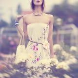 Retrato de la muchacha sensual del verano en flores Fotos de archivo libres de regalías