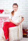Retrato de la muchacha seria que se sienta en silla Fotografía de archivo