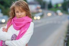 Retrato de la muchacha sobre la carretera foto de archivo libre de regalías
