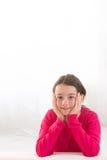 Retrato de la muchacha sonriente aislado en blanco Imagen de archivo libre de regalías