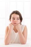 Retrato de la muchacha sonriente aislado en blanco Imágenes de archivo libres de regalías