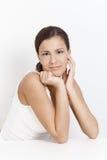 Retrato de la muchacha sonriente atractiva sobre blanco Imagenes de archivo