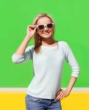 Retrato de la muchacha sonriente bastante fresca en las gafas de sol que se divierten Imagenes de archivo