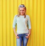 Retrato de la muchacha sonriente bonita contra el colorido Foto de archivo libre de regalías