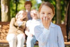 Retrato de la muchacha sonriente bonita mientras que mira la cámara Imagen de archivo libre de regalías