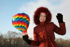 Retrato de la muchacha sonriente con el juguete del globo del aire caliente Imagenes de archivo
