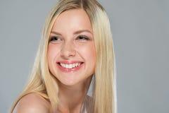 Retrato de la muchacha sonriente con el pelo rubio Imagenes de archivo