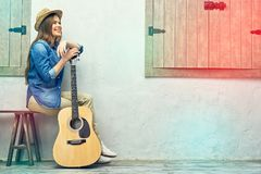 Retrato de la muchacha sonriente con la guitarra Fotografía de archivo
