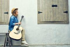 Retrato de la muchacha sonriente con la guitarra Fotos de archivo