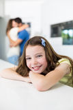 Retrato de la muchacha sonriente contra el abarcamiento de padres Imagen de archivo
