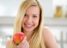 Retrato de la muchacha sonriente del adolescente con la manzana Imagen de archivo libre de regalías