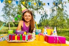 Retrato de la muchacha sonriente del cumpleaños en sombrero del partido Imagen de archivo libre de regalías