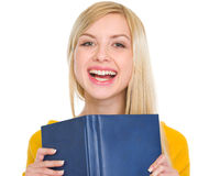 Retrato de la muchacha sonriente del estudiante con el libro Fotografía de archivo libre de regalías