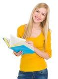 Retrato de la muchacha sonriente del estudiante con el libro Imagen de archivo libre de regalías