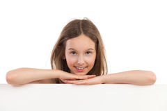 Retrato de la muchacha sonriente detrás del cartel Imagen de archivo libre de regalías