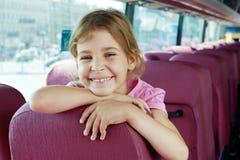 Retrato de la muchacha sonriente en asiento del omnibus Fotos de archivo libres de regalías