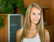 Retrato de la muchacha sonriente en casa Imagen de archivo libre de regalías