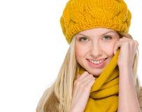 Retrato de la muchacha sonriente en ropa del otoño Foto de archivo libre de regalías