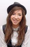 Retrato de la muchacha sonriente en un sombrero Fotos de archivo