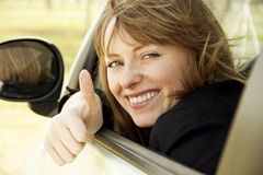 Retrato de la muchacha sonriente feliz en el coche imagen de archivo