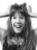Retrato de la muchacha sonriente feliz sorprendida en blanco Imagenes de archivo