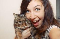 Retrato de la muchacha sonriente fuuny con el gato foto de archivo