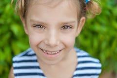 Retrato de la muchacha sonriente hermosa Foto de archivo libre de regalías
