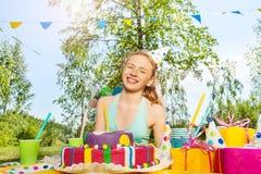 Retrato de la muchacha sonriente hermosa del cumpleaños Imagen de archivo
