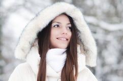Retrato de la muchacha sonriente hermosa en paisaje del invierno Fotografía de archivo libre de regalías