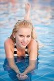 Retrato de la muchacha sonriente hermosa en una piscina Imagenes de archivo