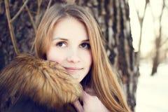 Retrato de la muchacha sonriente joven en parque del invierno Fotografía de archivo libre de regalías