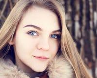 Retrato de la muchacha sonriente joven en parque del invierno Imagenes de archivo