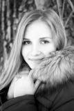 Retrato de la muchacha sonriente joven en parque del invierno Imagen de archivo