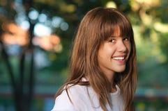 Retrato de la muchacha sonriente joven hermosa Imágenes de archivo libres de regalías