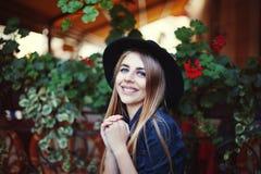 Retrato de la muchacha sonriente linda Fondo colorido fotografía de archivo libre de regalías