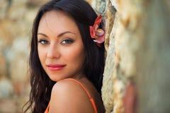 Retrato de la muchacha sonriente oscuro-cabelluda hermosa Imagen de archivo