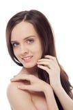 Retrato de la muchacha sonriente triguena hermosa que lleva a cabo las manos en ella Imagen de archivo libre de regalías
