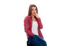 Retrato de la muchacha sorprendida jóvenes del estudiante con la mochila aislada en el fondo blanco Imágenes de archivo libres de regalías