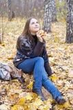 Retrato de la muchacha tranquila con la manzana Foto de archivo libre de regalías