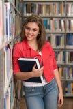 Retrato de la muchacha triguena joven sonriente feliz del estudiante Fotografía de archivo