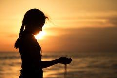 Retrato de la muchacha triste del adolescente que se coloca en la playa Fotografía de archivo libre de regalías