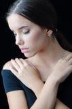Retrato de la muchacha triste hermosa con los ojos cerrados aislados en negro Imagenes de archivo