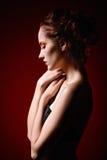 Retrato de la muchacha triste hermosa del pelirrojo Opinión del perfil fotografía de archivo