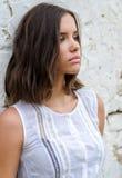 Retrato de la muchacha triste hermosa en el vestido blanco foto de archivo