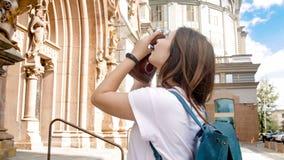 Retrato de la muchacha turística morena joven que hace las fotos en cámara de la película del vintage Fotos de archivo