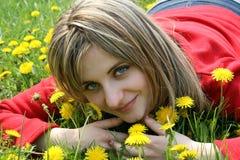 Retrato de la muchacha un campo Fotos de archivo libres de regalías